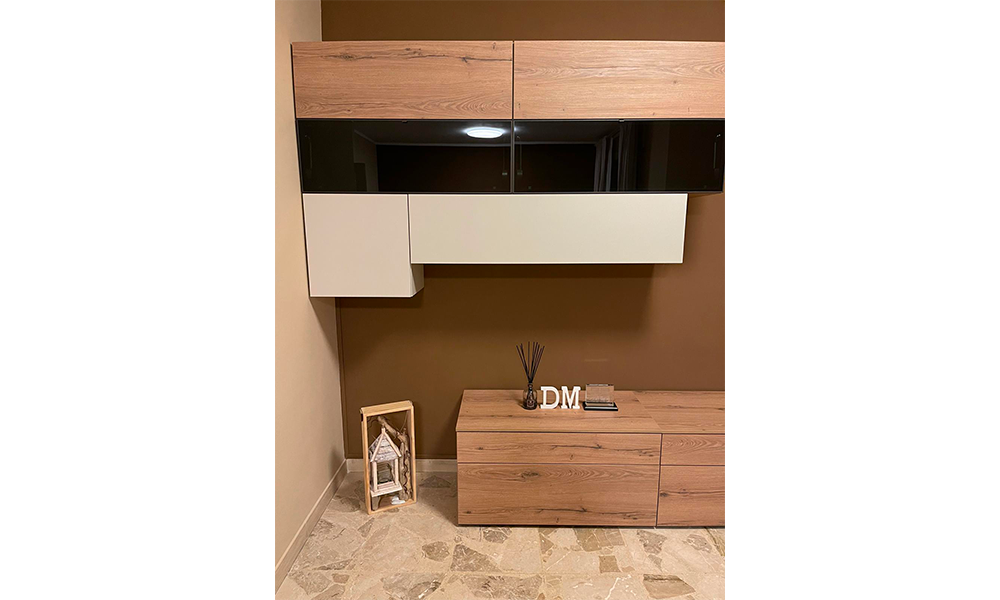 Una madia, un mobile tv e un tavolo