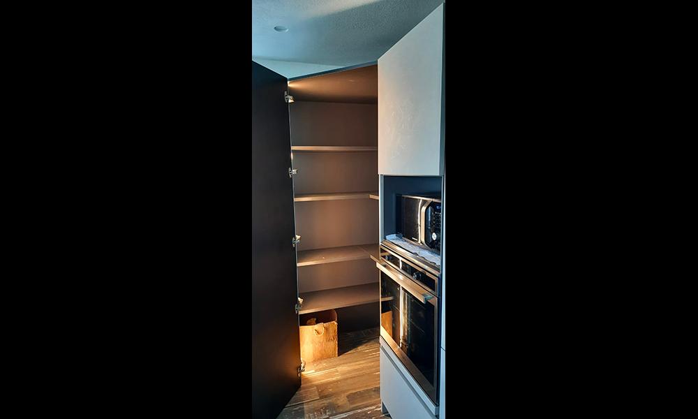 Cucina con dispensa nascosta